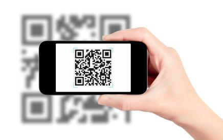 Imagen de un código QR escaneándolo un móvil